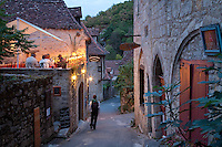 France, Lot (46), vallée du Lot, Saint-Cirq-Lapopie, labellisé Les Plus Beaux Villages de France, restaurant le soir // France, Lot, Lot valley, Saint-Cirq-Lapopie, labelled Les Plus Beaux Villages de France (The most beautiful villages of France) in the evening