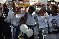 RIO DE JANEIRO, RJ, 16.05.2019: CRIME-RIO - Alunos, amigos e familiares acompanharam o velório do professor de jiu-jítsu Jean Rodrigo Aldrovande, de 39 anos, morto com um tiro na cabeça na tarde da última terça-feira, no Complexo do Alemão. O enterro foi realizado no cemitério de Inhaúma, na Zona Norte do Rio de Janeiro. (Foto: Celso Barbosa/Código19)
