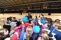 SCHAATSEN: HEERENVEEN: Thialf, 14-03-2012, Wereldtoppers bereiden zich deze week al voor in Thialf op het WK afstanden van volgende week. Na afloop van het jeugdschaatsen op de woensdagmiddag nam Shani Davis (USA) rustig de tijd om z'n jeugdige fans een handtekening te geven, ©foto Martin de Jong