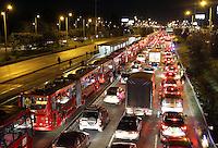 BOGOTA -COLOMBIA- 28 -09-2013.Trancones autopista norte por bloqueo de bicicleteros . North freeway traffic jams blocking bikers / Dawn in Bogota. .Photo: VizzorImage / Felipe Caicedo / Staff