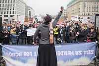 """Protest vor der US-Botschaft in Berlin gegen US-Praesident Donald Trump.<br /> Ca. 1500 Menschen demonstrierten am Samstag den 4. Februar 2017 in Berlin unter dem Motto """"End the Ban Now! Refugees and Immigrants are Welcome!"""" am Brandenburger Tor gegen US-Praesident Donald Trump und seine Plaene eine Mauer an der Grenze zu Mexiko bauen zu lassen. Die Demonstranten zogen vom Brandenburger Tor zur US-Botschaft.<br /> Im Bild: Eine US-Buergerin spricht zu den Demonstranten.<br /> 4.4.2017, Berlin<br /> Copyright: Christian-Ditsch.de<br /> [Inhaltsveraendernde Manipulation des Fotos nur nach ausdruecklicher Genehmigung des Fotografen. Vereinbarungen ueber Abtretung von Persoenlichkeitsrechten/Model Release der abgebildeten Person/Personen liegen nicht vor. NO MODEL RELEASE! Nur fuer Redaktionelle Zwecke. Don't publish without copyright Christian-Ditsch.de, Veroeffentlichung nur mit Fotografennennung, sowie gegen Honorar, MwSt. und Beleg. Konto: I N G - D i B a, IBAN DE58500105175400192269, BIC INGDDEFFXXX, Kontakt: post@christian-ditsch.de<br /> Bei der Bearbeitung der Dateiinformationen darf die Urheberkennzeichnung in den EXIF- und  IPTC-Daten nicht entfernt werden, diese sind in digitalen Medien nach §95c UrhG rechtlich geschuetzt. Der Urhebervermerk wird gemaess §13 UrhG verlangt.]"""