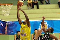 BUCARAMANGA -COLOMBIA, 19-03-2013. Hernández Villamil (c) de Búcaros trata de encestar ante la marca de jugadores de Academia durante partido de la fecha 1 fase II de la Liga DirecTV de baloncesto profesional colombiano 2013 disputado en la ciudad de Bucaramanga./  Hernandez Villamil (c) of Bucaros  tries to basket the ball over the mark of Academia's Players during game of the first date phase II of DirecTV League of professional Basketball of Colombia 2013 at Bucaramanga city. Photo:VizzorImage / Jaime Moreno / STR