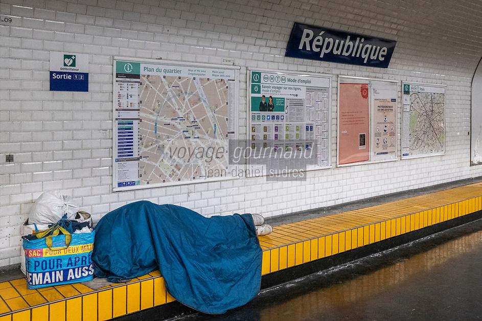 Europe/ France/ Paris/75011:   Station République : Contraste urbain, SDF en bivouac et symbole de La République : Liberté , Égalité , Fraternité  //  Europe / France / Paris / 75011: République station: Urban contrast, homeless in bivouac and symbol of the Republic: Liberty, Equality, Fraternity