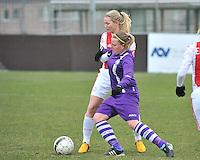 Beerschot Dames - AJAX Amsterdam Dames : duel om de bal tussen Lucinda Michez (voor) en Anouk Hoogendijk.foto JOKE VUYLSTEKE / Vrouwenteam.be