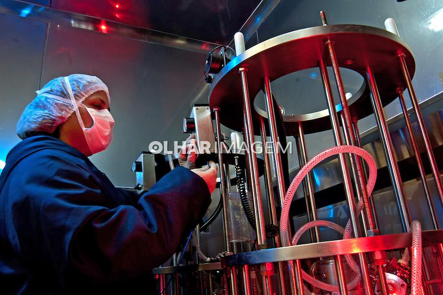 Cromatografo no Complexo Tecnológico de Vacinas da Fundação Oswaldo Cruz, Fiocruz.  Rio de Janeiro. 2010. Foto de Rogerio Reis.