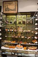 """Europe/France/Ile-de-France/75009/Paris: Etalage des confiseries et fruits confits pour Noël à l' Epicerie Belle Epoque """"A la mère de famille""""  5 rue du Faubourg Montmartre"""
