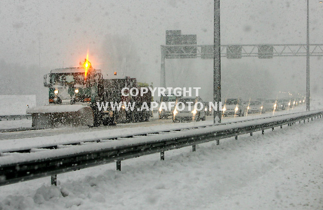 Loenen, 261105<br />Wederom veel sneeuw op de A50 tussen Apeldoorn en Arnhem. Ter hoogte van Loenen werkt Rijkswaterstaat een ijslaag van zo'n 5 centimeter weg die afgelopen nacht ontstaan is door platgereden sneeuw.<br />Foto: Sjef Prins - APA Foto