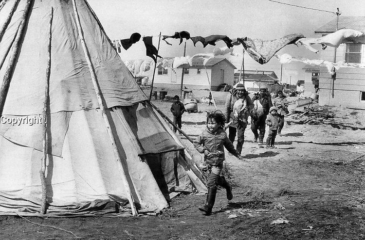1972 FILE PHOTO - ARCHIVES -<br /> <br /> Home from the hunt: There'll be goose meat roasting in the teepees of Fort George; in the centre of town where huts and washing lines are scattered higgledy-piggledy.<br /> <br /> PHOTO :  Keith  BEATY  - Toronto Star Archives - AQP