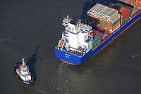 Schlepper VB Bremen der Unterweser Reedrei nimmt Containerschiff Emotion an den Haken: EUROPA, DEUTSCHLAND, HAMBURG, (EUROPE, GERMANY), 30.10.2017 Schlepper VB Bremen der Unterweser Reedrei nimmt Containerschiff Emotion an den Haken