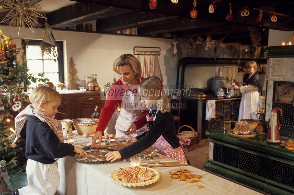 Europe/France/Alsace/68/Haut-Rhin/Ungersheim: Ecomusée d'Alsace - Enfants préparants des gateaux pour Noël (AUTO N°245-246-247-248)