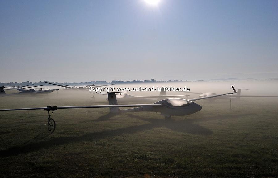 Moonlightstory: DEUTSCHLAND, SACHSEN, 05.08.2009: Abgestellte SegelflugzeugeA Klix nahe Bautzen , Segelflugzeug, Sport, Luftsport, Abenteuer, fliegen, Nebel, Mondlicht, Nachts