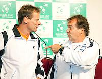 5-3-09,Argentina, Buenos Aires, Daviscup  Argentina-Netherlands, Draw, Onderonsje tussen de captains Jan Siemerink en Modesco Vasques(R)