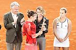 Simona Halep, Roumania, celebrates the victory in the Madrid Open Tennis 2016 Final match with the Nadia Elena Comaneci, former Romanian gymnast in presence of Slovakia's Dominika Cibulkova, Finalist .May, 7, 2016.(ALTERPHOTOS/Acero)a