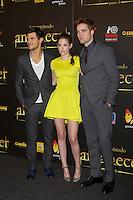 """ATENÇAO EDITOR FOTO EMBARGADA PARA VEICULOS INTERNACIONAIS - MADRI, ESPANHA, 14 NOVEMBRO 2012 - O ator Taylor Lautner (E) a atriz Kirsten Stewart e o ator Robert Pattinson durante premiere de """"The Twilight Saga: Breaking Dawn - Part 2"""" em Madrid capital da Espanha, neste sabado, 15. (FOTO: ALFAQUI / BRAZIL PHOTO PRESS)"""