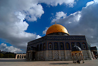 Gerusalemme / Israele.La spianata delle moschee, nei pressi della Moschea Al-Aqsa, comprende una vasta area sacra per i fedeli dell'Islam, nel cuore della parte vecchia di Gerusalemme..E' considerato il terzo luogo sacro dell'Islam dopo la Kaaba di Mecca e la Moschea del Profeta di Medina..Foto Livio Senigalliesi...Jerusalem / Israel.Al Aqsa Mosque, or Al-Masjid el-Aqsa, in Jerusalem's Haram el-Sharif (the Temple Mount to Jews), is a mosque that includes the Dome of the Rock. It is Islam's third-holiest site after the Kaaba in Mecca and the Prophet's Mosque in Medina (both in Saudi Arabia). .Al-Aqsa is part of 180,000 square yard compound of al-Haram el-Sharif, or the Noble Sanctuary (or Sacred Precinct), occupying one-sixth of the walled area of the Old City of Jerusalem..Photo Livio Senigalliesi