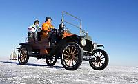 Nederland  Monnickendam Feb. 2021. Bevroren Gouwzee. Oldtimer T-Ford. Foto Berlinda van Dam / HH / ANP.