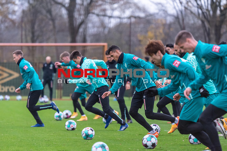 16.11.2020, Trainingsgelaende am wohninvest WESERSTADION - Platz 12, Bremen, GER, 1.FBL, Werder Bremen Training<br /> <br /> Lauf / Sprinttraining <br /> Niklas Moisander (Werder Bremen #18 Kapitaen)<br /> Nick Woltemade (werder Bremen #41)<br /> Ilia Gruev (Werder Bremen #28)<br /> Davie Selke  (SV Werder Bremen #09)<br /> Yuya Osako (Werder Bremen #08)<br /> Tahith Chong (Werder Bremen #22)<br />  ,Ball am Fuss, <br /> <br /> <br /> <br /> <br /> Foto © nordphoto / Kokenge *** Local Caption ***