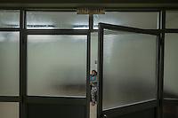2015-03-03. UN ÁNGEL CON LAS ALAS PEGADAS. © Calamar2/Susana HIDALGO & Pedro ARMESTRE<br /> <br />  Ángel César Alonso, de 10 meses, nació por cesárea en Chiclayo (Perú) y los médicos le diagnosticaron síndrome de Apert, una enfermedad genética que afecta a la forma de la cabeza y que hace que el pequeño tenga los ojos abultados y padezca sindactilia (los dedos de las manos y de los pies pegados). El síndrome de Apert es una de las 7.000 enfermedades raras que existen en el mundo y su prevalencia oscila entre 1 y 6 casos por cada 100.000 nacimientos. La historia de este bebé es la historia de unos padres coraje, César Cruz y Edita Jiménez, que se desviven para que el pequeño pueda tener la mejor calidad de vida posible. César y Edita acudieron el pasado mes de marzo junto a su bebé al hospital San Juan de Dios, en Chiclayo, al reclamo de una campaña solidaria de intervenciones quirúrgicas organizadas por la Sociedad Española de Cirugía Plástica, Reparadora y Estética (Secpre) y la ONG Juan Ciudad. Los cirujanos españoles le operaron las manos para separar unos dedos de otros. La intervención duró aproximadamente una hora y media y el pequeño necesitó de curas posteriores.<br /> La operación fue el primer paso en la mejora de la salud de Ángel. Necesitará al menos otra más para separar los dedos de los pies. Sus padres son humildes y apenas tienen recursos.  César, el padre, trabaja levantando casas de adobe. Edita, la madre, vive para su hijo y le gustaría en un futuro retomar su profesión de enfermera. © Calamar2/Pedro ARMESTRE<br /> <br />  AN ANGEL WITH THE WINGS ATTACHED. © Calamar2/Susana HIDALGO & Pedro ARMESTRE<br /> <br /> Angel César Alonso was born in Chiclayo (Peru) and was diagnosed with Apert syndrome, a genetic disease that affects the shape of the head and makes him having eyes bulging and suffering syndactyly (the fingers and feet flat). The story of this baby is the story of parents courage: Edita César Jiménez Cruz, who are fighting everyday to giv