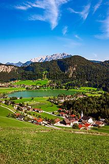Oesterreich, Tirol, Kirchdorf am Thiersee bei Kufstein, im Hintergrund das Kaisergebirge   Austria, Tyrol, village Kirchdorf on lake Thiersee, Kaiser mountains at background