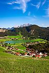 Oesterreich, Tirol, Kirchdorf am Thiersee bei Kufstein, im Hintergrund das Kaisergebirge | Austria, Tyrol, village Kirchdorf on lake Thiersee, Kaiser mountains at background