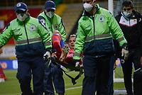 BOGOTA - COLOMBIA, 27-07-2021: Ray Vanegas del Pasto es retirado del campo de juego en camilla durante el partido entre La Equidad y Deportivo Pasto por la fecha 2 de la Liga BetPlay DIMAYOR II 2021 jugado en el estadio Estadio Metroplitano de Techo de la ciudad de Bogotá. / Ray Vanegas of Pasto ileaves the field injured during match between La Equidad and Deportivo Pasto for the date 2 BetPlay DIMAYOR League II 2021 played at Metropolitano de Techo stadium in Bogota city. Photo: VizzorImage / Samuel Norato / Cont