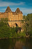Europe/France/Midi-Pyérénées/82/Tarn-et-Garonne/Montauban: Le pont Vieux  et le Musée Ingres. Le Musée Ingres est l'ancien hôtel de ville et un palais épiscopal construit en 1664 sur les restes du palais que le Prince Noir occupait pendant la guerre de Cent Ans