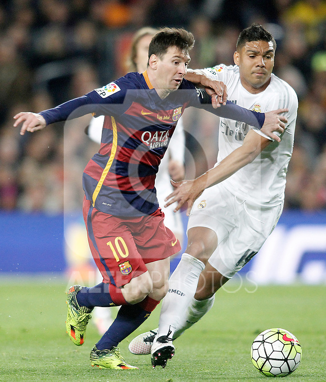 FC Barcelona's Leo Messi (l) and Real Madrid's Carlos Henrique Casemiro during La Liga match. April 2,2016. (ALTERPHOTOS/Acero)