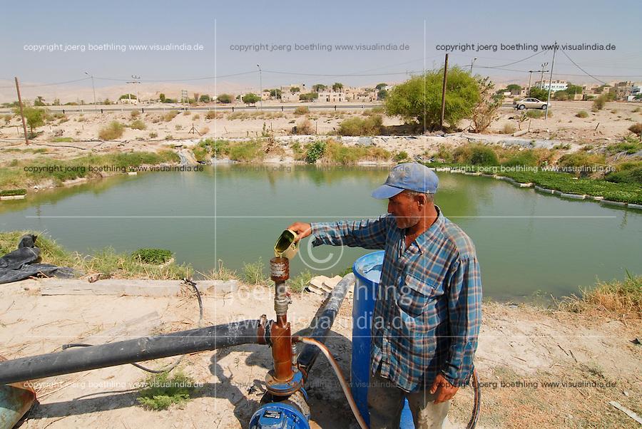 JORDANIEN Wassermangel und Landwirtschaft im Jordan Tal, Farmer an einem Wassertank mit Wasser vom Jordan / JORDAN, water shortage and agriculture in the Jordan valley , farmer at  water pond with water from Jordan River