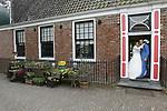 Foto: VidiPhoto<br /> <br /> BENNEKOM - Trouwdag van Niels Soeters en Jamilla van der Linden uit Bennekom. Reportage is gemaakt in het Nederlands Openluchtmuseum in Arnhem.
