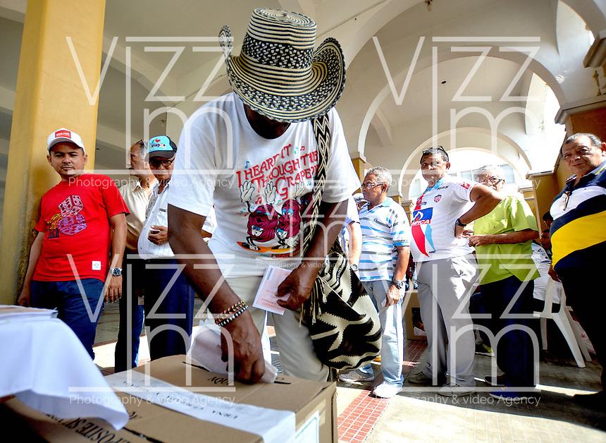 BARRANQUILLA - COLOMBIA, 11-03-2017: Baranquilleros acuden a las urnas para participar en las elecciones legislativas de Colombia de 2018 que se realizan hoy, domingo 11 de marzo de 2018m en todo el territorio colombiano. En ellas se eligen los miembros de ambas Cámaras del Congreso en Colombia. En el Senado de la República se elegirán 108 senadores y en la Cámara de Representantes se elegirán 172 parlamentarios. / Barranquilla's people go to the polls to participate in the legislative elections of Colombia in 2018 that take place today, Sunday, March 11, 2018m throughout the Colombian territory. In them, the members of both Houses of Congress in Colombia are elected. In the Senate of the Republic 108 senators will be elected and in the House of Representatives 172 parliamentarians will be elected. Photo: VizzorImage / Alfonso Cervantes / Cont