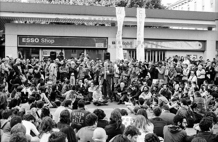 """Milano, un collettivo di """"Lavoratori dell'Arte e dello Spettacolo"""" occupa un edificio inutilizzato, la Torre Galfa, per dare vita a un nuovo centro per le arti e la cultura chiamato MACAO. Dopo 10 giorni avviene lo sgombero e gli attivisti occupano la strada di fronte. Il sindaco Giuliano Pisapia incontra i ragazzi di MACAO in assemblea --- Milan, a collective of """"Arts and Entertainment Workers"""" occupy an unused building, the Galfa Tower, in order to create a new centre for arts and culture called MACAO. After 10 days police clears out the building and the activists occupy the street in front for several days long. The mayor Giuliano Pisapia meets the people of MACAO at an assembly, offering them a new space that they won't accept"""