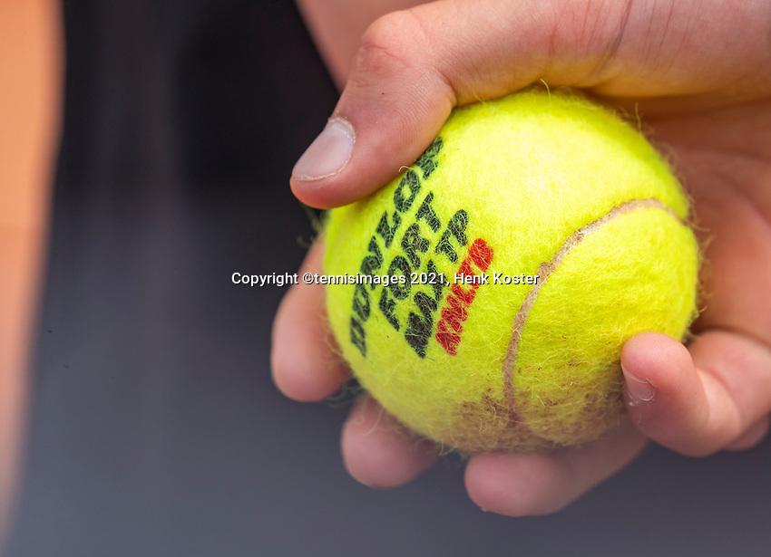 Amstelveen, Netherlands, 7 Juli, 2021, National Tennis Center, NTC, Amstelveen Womans Open,  Semifinal: ballboy holding Dunlop tennisbal<br /> Photo: Henk Koster/tennisimages.com