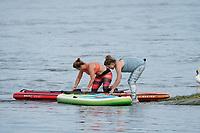 Angela Reitmeyer und Lia Böhnke lassen ihr SUP-Board ins Wasser - Ginsheim-Gustavsurg 20.06.2021: Stand-up Paddling