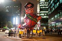 SÃO PAULO,SP, 06.10.2015 - PROTESTO-SP - Boneco inflável da Presidente Dilma é visto em frente ao Tribunal de Contas da União em forma de protesto na avenida Paulista, nessa terça-feira, 06. (Foto: Gabriel Soares/Brazil Photo Press)
