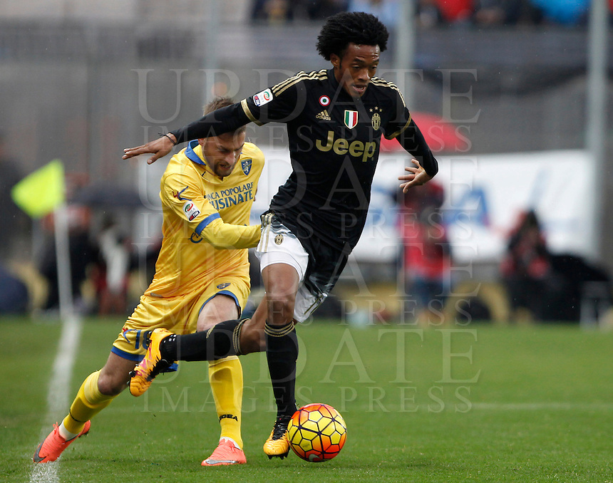 Calcio, Serie A: Frosinone vs Juventus. Frosinone, stadio Comunale, 7 febbraio 2016.<br /> Juventus' Juan Cuadrado, right, is challenged by Frosinone's Federico Dionisi during the Italian Serie A football match between Frosinone and Juventus at Frosinone's Comunale stadium, 7 January 2016.<br /> UPDATE IMAGES PRESS/Isabella Bonotto
