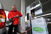 GERMANY Hamburg, fuel station sells Bio CNG, which is biomethan from Biogas fermented from waste or garbage /DEUTSCHLAND Hamburg, Verkauf von Bio-CNG, Biomethan aus 100% Biogas aus fermentierten  Abfallstoffen gewonnen, durch Firma Mabagas an einer Oil Tankstelle in Schenefeld