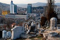 Sarajevo / BIH 2012.Veduta del centro di Sarajevo dal Cimitero Ebraico. Durante l'assedio il Cimitero Ebraico era una postazione da cui i cecchini dell'esercito serbo-bosniaco sparavano sulla popolazione assediata. Nella foto si possono vedere alcuni palazzi ricostruiti nel dopoguerra come il Palazzo del Parlamento, l'hotel Holiday Inn e le Torri Unis..Foto Livio Senigalliesi ...Sarajevo / BIH 2012.General view of Sarajevo from the tombs of the Jewish Cemetery. From this position bosnian-serb army snjpers shot against the civilians during the siege. In the picture you can see the Palace of Parliament and other buildings built during the post war period. .Photo Livio Senigalliesi