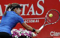 BOGOTA - COLOMBIA - FEBRERO 19: Sharon Fichman de Canada, devuelve la bola a Francesca Schiavone de Italia, durante partido por la Copa de Tenis WTA Bogotá, febrero 19 de 2013. (Foto: VizzorImage / Luis Ramírez / Staff). Sharon Fichman from Canada returns the ball to Francesca Schiavone from Italy during a match for the WTA Bogota Tennis Cup, on February 19, 2013, in Bogota, Colombia. (Photo: VizzorImage / Luis Ramirez / Staff)
