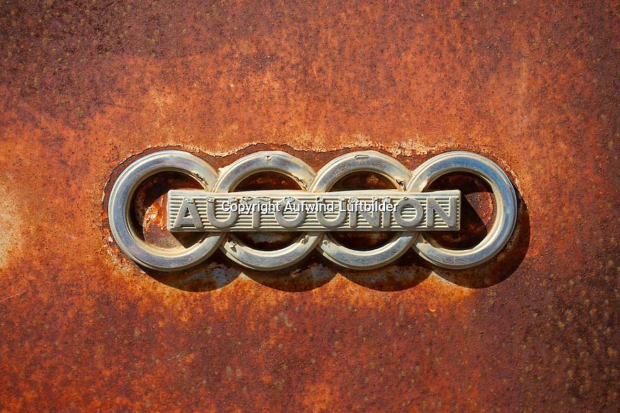 Auto Union : EUROPA, DEUTSCHLAND, HAMBURG, (EUROPE, GERMANY), 16.01.2014: Auto Union, altes Zeichen der Autofirma Auto Union an einer verrosteten Motorhaube