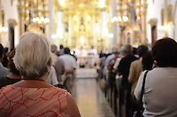 ATENÇÃO EDITOR: FOTO EMBARGADA PARA VEÍCULOS INTERNACIONAIS. SAO PAULO, 04 DE OUTUBRO DE 2012 - MOViMENTACAO IGREJA DE SAO FRANCISCO - Fieis durante missa na igreja de Sao Francisco, no Largo Sao Francisco regiao da Se, centro da capital, na manha desta quinta feira, dia de Sao Francisco. FOTO: ALEXANDRE MOREIRA - BRAZIL PHOTO PRESS