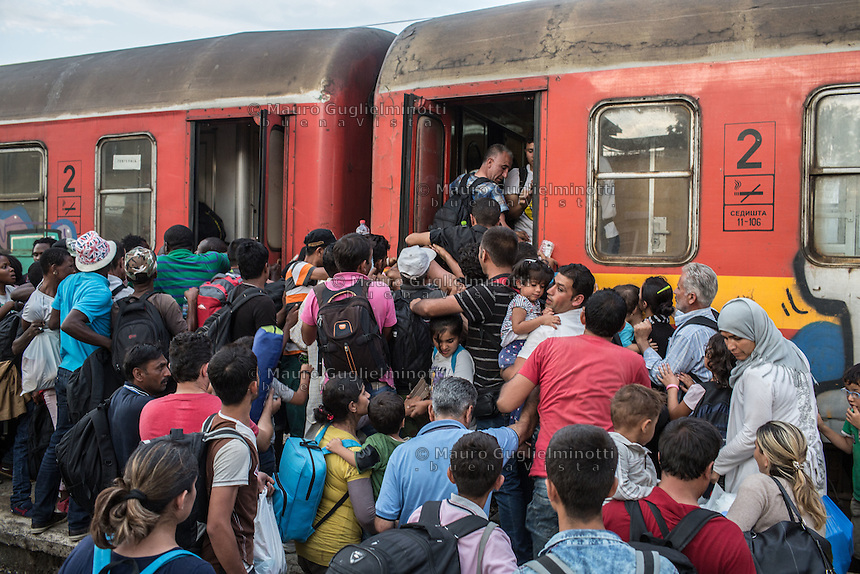 ressa di migranti per salire sul treno  crowds of migrants to board the train Gevgelija June 2015<br />