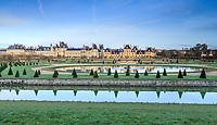 France, Seine et Marne, Fontainebleau, park and Chateau royal de Fontainebleau listed as World Heritage by UNESCO, Grand Jardin with the Rond d'eau // France, Seine-et-Marne (77), Fontainebleau, parc et château royal de Fontainebleau classés Patrimoine Mondial de l'UNESCO, le Parterre ou Grand jardin avec le Rond d'eau