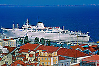 Transatlântico no Rio Tejo em Lisboa, Portugal. 1998. Foto de Maristela Colucci.