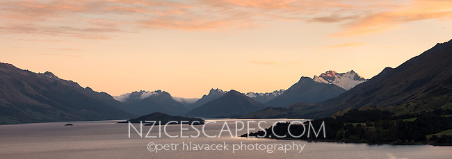 Sunrise over Lake Wakatipu from Bennetts Bluff with Mount Aspiring NP in background, Mount Aspiring National Park, UNESCO World Heritage Area, Central Otago, New Zealand, NZ