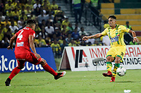 BUCARAMANGA - COLOMBIA, 30-03-2019: Cesar Quintero del Bucaramanga disputa el balón con Carlos Sierra de América durante partido por la fecha 12 de la Liga Águila I 2019 entre Atlético Bucaramanga y América de Cali jugado en el estadio Alfonso Lopez de la ciudad de Bucaramanga. / Cesar Quintero of Bucaramanga fights for the ball with Carlos Sierra of America during match for the date 12 of the Liga Aguila I 2019 between Atletico Bucaramanga and America de Cali played at the Alfonso Lopez stadium of Bucaramanga city. Photo: VizzorImage / Oscar Martinez / Cont