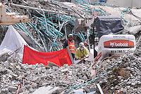 MEDELLÍN - COLOMBIA, 23-10-2013. Aspecto de las labores de rescate del cuerpo de Andrés Ricardo Castañeda González, soldador, tenía 25 años, de entre los escombros de la torre 6 del conjunto Space ubicado en el lujoso sector de El Pobledo de la ciudad de Medellín.  La edificación colapsó el pasado 12 de octubre en las horas de la noche por presuntos daños estructurales y dejó un saldo de 11 personas desaparecidas de las cuales solo se han rescatado los restos de tres. / Aspect of the rescue works of the body of Andres Ricardo Castañeda Gonzalez, 25, welder from the rubble of the tower 6 on the Space building located in the exclusive  area of El Poblado in Medellin city. The tower collapsed the last October 12 at night by alleged structural flaws and left 11 people missing of which were only rescued 3. Photo: VizzorImage/Luis Rios/STR