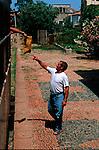 Italie. Italia. Sardaigne. Sardinia.train touristique Trenino Verde.distribution du courrier par le chef de gare dans un petit village