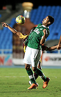 CALI - COLOMBIA -10-04-2014: Cristian Marrugo (Der.) jugador de Deportivo Cali disputan el balón con David Silva (Izq.) jugador de Deportes Tolima durante  partido Deportivo Cali y Deportes Tolima por la fecha 16 de la Liga Postobon I 2014 en el estadio Pascual Guerrero de la ciudad de Cali. / Cristian Marrugo (R) player of Deportivo Cali fights for the ball with David Silva (L) player of Deportes Tolima during a match between Deportivo Cali and Deportes Tolima for the date 16th of the Liga Postobon I 2014 at the Pascual Guerrero stadium in Cali city. Photo: VizzorImage / Luis Ramirez / Staff.