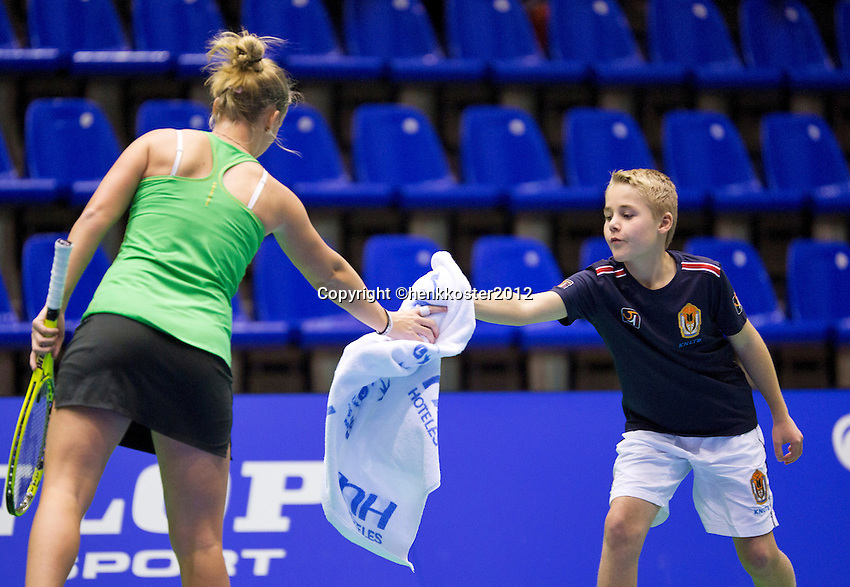 13-12-12, Rotterdam, Tennis Masters 2012, Richel Hogenkamp  gets a towel from a ballboy