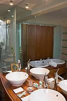 Europe/Suisse/Jura Suisse/ Neuchatel: Hôtel Palafitte -Hôtel sur pilotisur le Lac de Neuchatel -détail d'une chambre- réalisé par l'atelier d'architecture Kurt Hofmann.